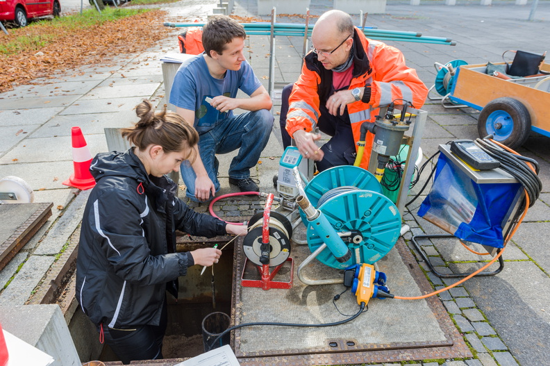 "Studenten des internationalen Kurses ""Environmental Engineering"" beim Grundwassermesspraktikum am 14.10.14"